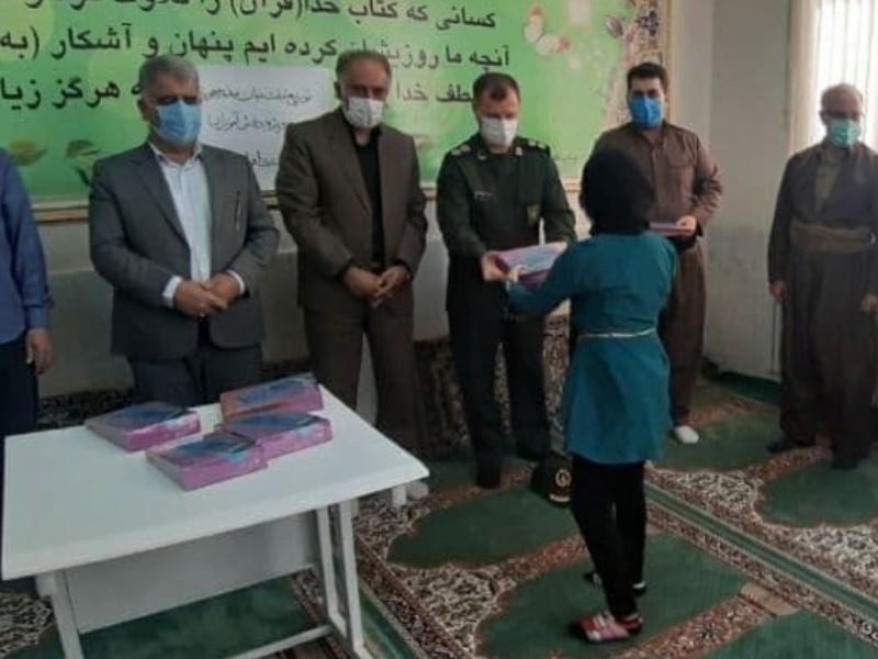اهداء بیش از 36 دستگاه تبلت به دانش آموزان کم بضاعت
